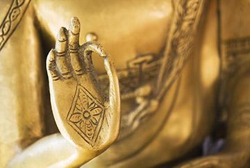 goldenen Buddha Figur mit symbolischer Handgeste